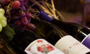 Weinflaschen mit Trauben