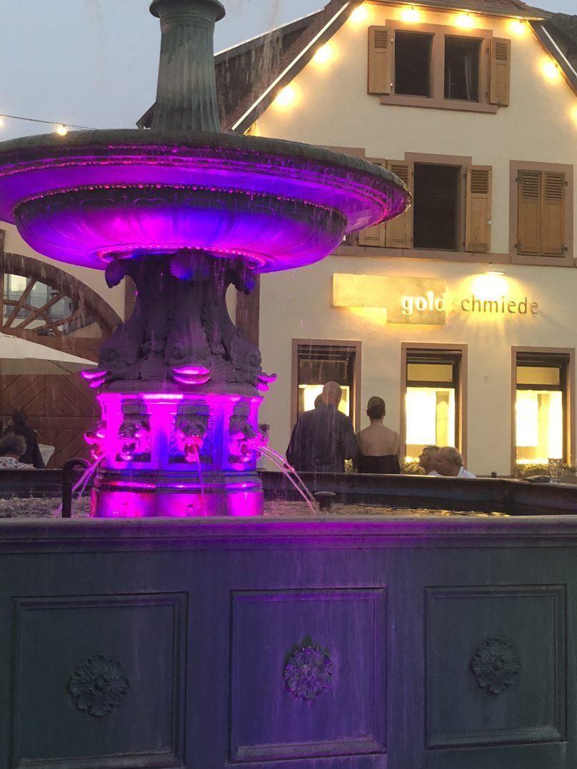 Marktbrunnen in Deidesheim, mit der Goldschmiede Krack